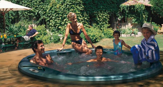 Built-in Jacuzzi® spa ALIMIA in the garden