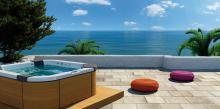 Jacuzzi® spa SANTORINI with VEINED OAK by the sea