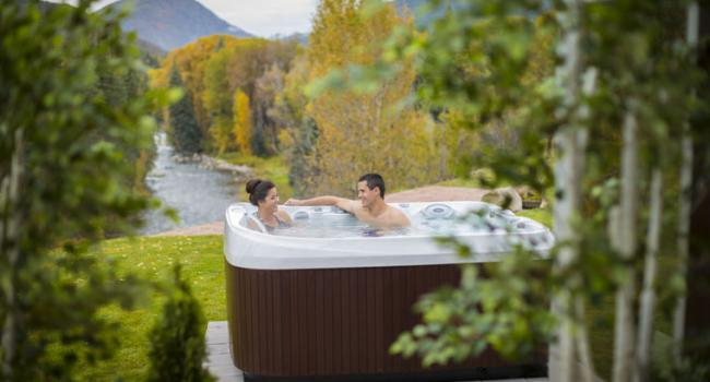 Jacuzzi® spa PREMIUM J-465 by the river