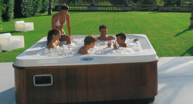 Overflow Jacuzzi® spa PROFILE in the yard